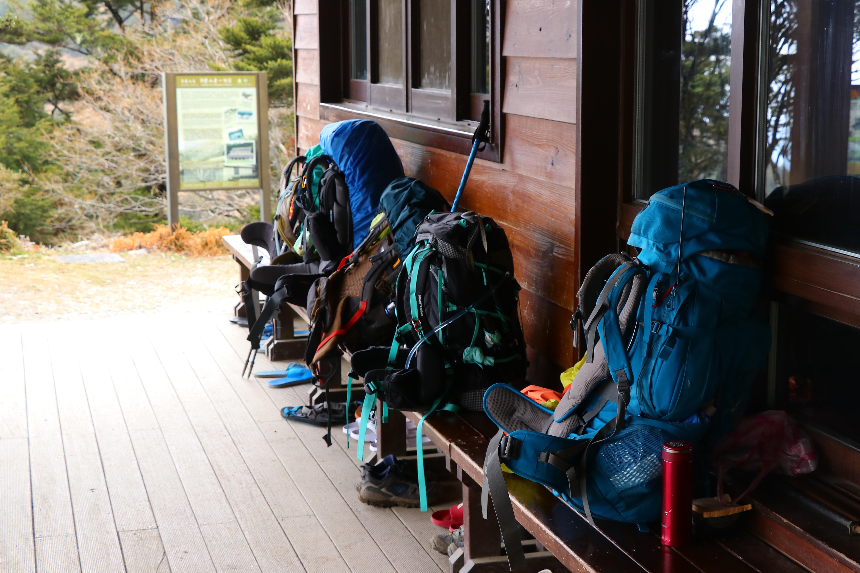 為何登山客不約而同地使用登山背包,重裝上山?因為那都是求生用品!